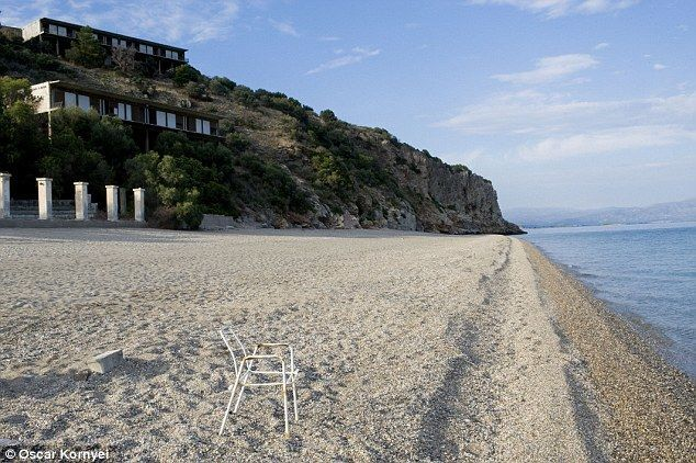 Во что кризис превратил роскошный курорт Греции, где отдыхала Джоли