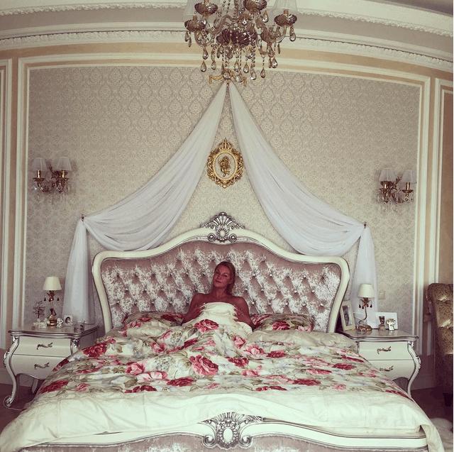 Вот это размер: Волочкова похвасталась своей королевской кроватью