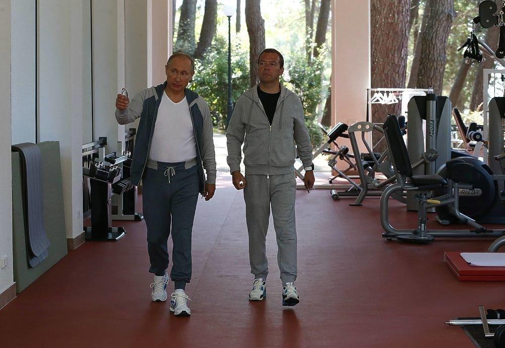 Два брутальних мачо. Соцмережі висміяли тренування Путіна і Медведєва
