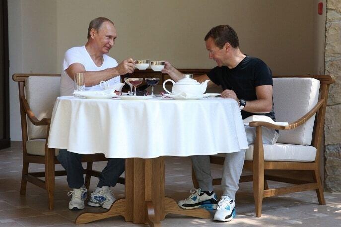 Двоє зі скриньки: Путін і Медведєв провели насичений ранок наодинці. Фоторепортаж