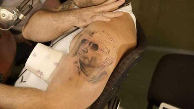 Тату, маникюр и нижнее белье: как россияне выражают любовь к Путину