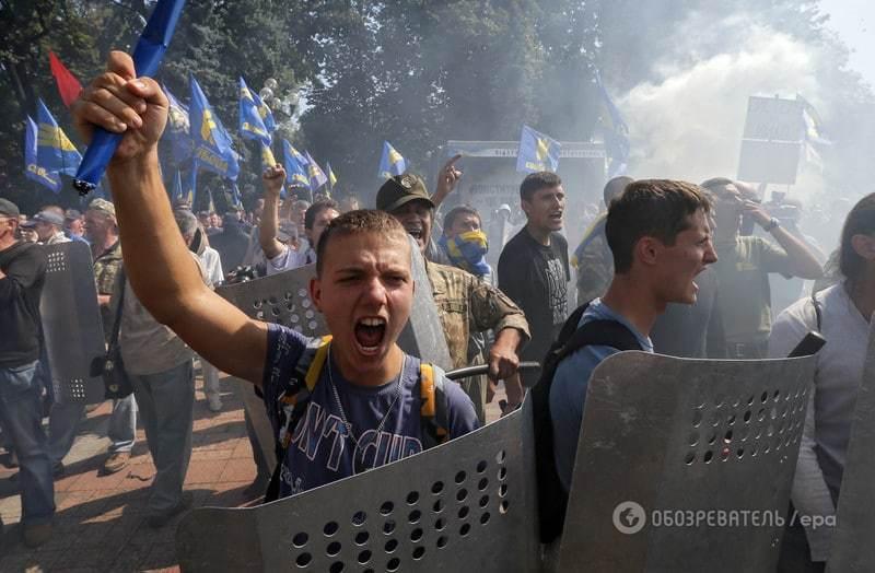 Столкновения в Киеве: погибли трое нацгвардейцев. Подробности, фото и видео