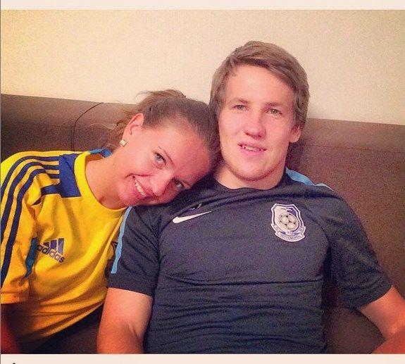 Девушка украинского футболиста похвасталась жаркими фото на пляже