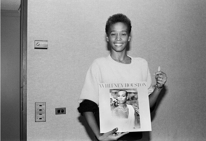 День рождения Уитни Хьюстон: трагическая история яркой звезды в фотографиях