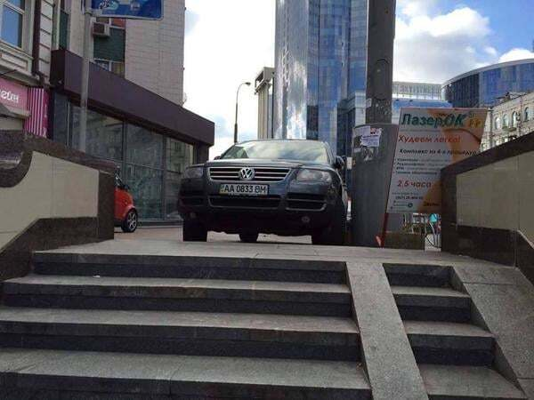 """""""Герої парковки"""" почали блокувати підземні переходи: фото порушників"""