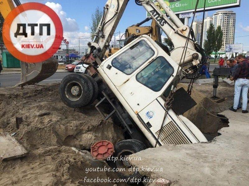 В Киеве экскаватор провалился под землю: фото с места ЧП