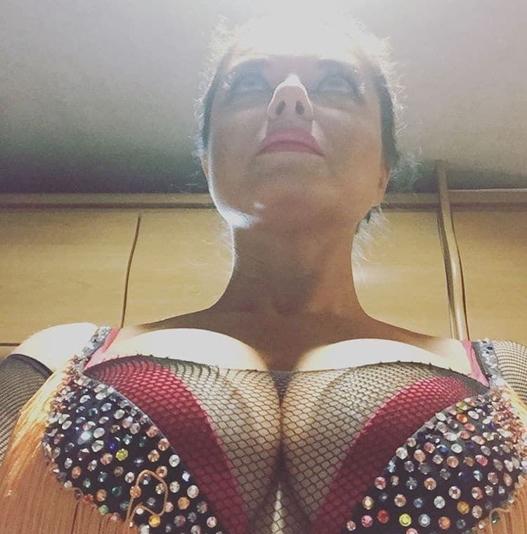 """Наташа Королева заработала """"неплохие деньги"""" снимком своей обнаженной груди"""