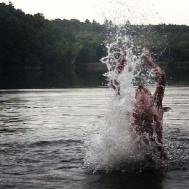 Денисова удивила соцсети снимками своего купания голышом