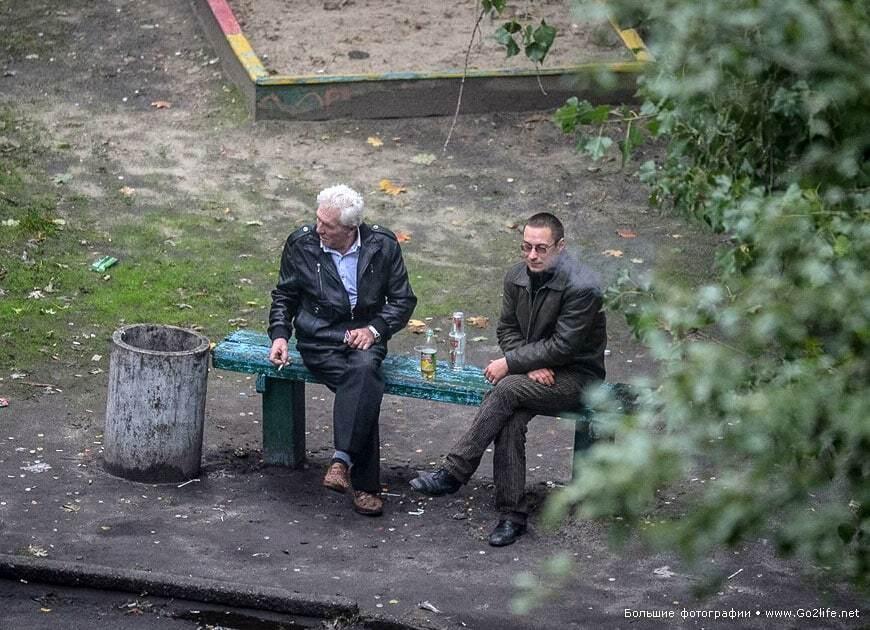 Киевский фотограф 5 лет снимал лавочку под окном: 25 неожиданных фото из жизни двора