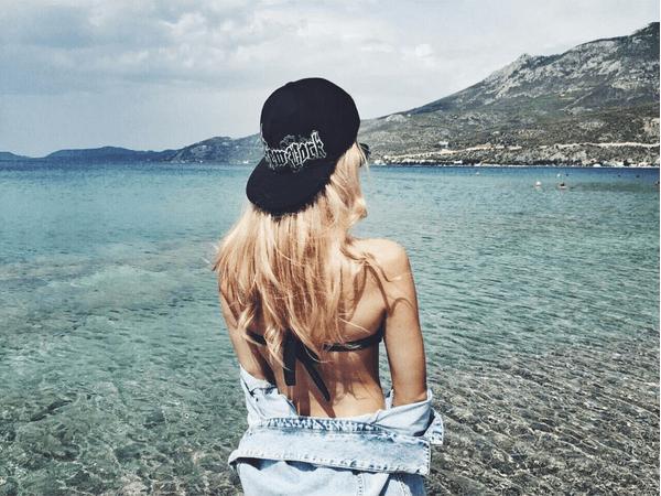 Любовница внука Пугачевой показала фигурку на отдыхе в Греции