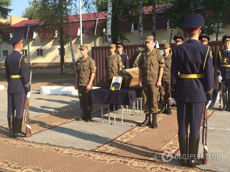 В Новых Петровцах простились с первым погибшим под Радой нацгвардейцем