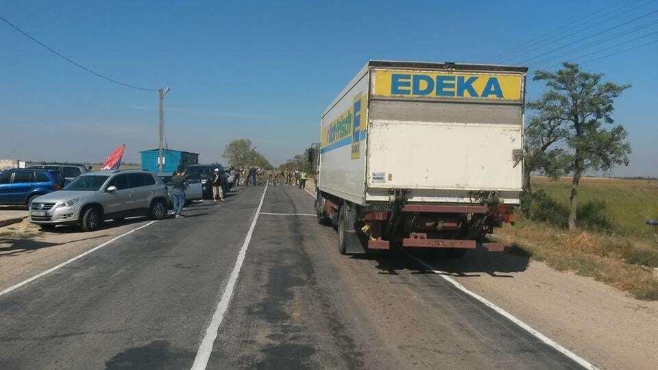 "Блокада Крыма: на КПП ""застряли"" 317 ""озверевших"" грузовиков"