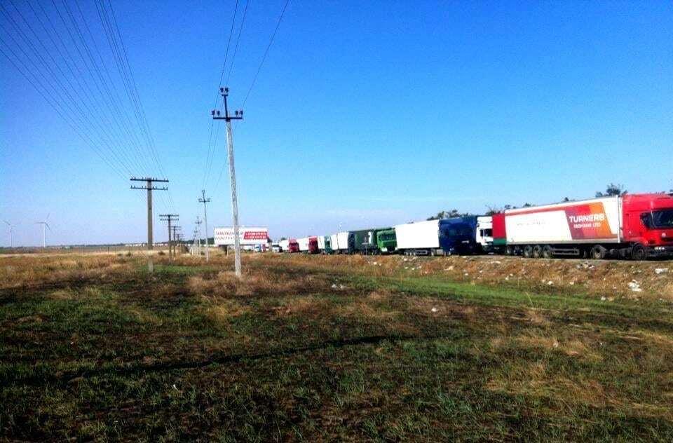Блокада Крыма: активисты заблокировали почти 1000 грузовиков