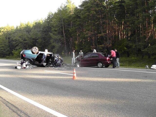 У лобовому ДТП на Кіровоградщині загинули 2 людини: фото з місця аварії