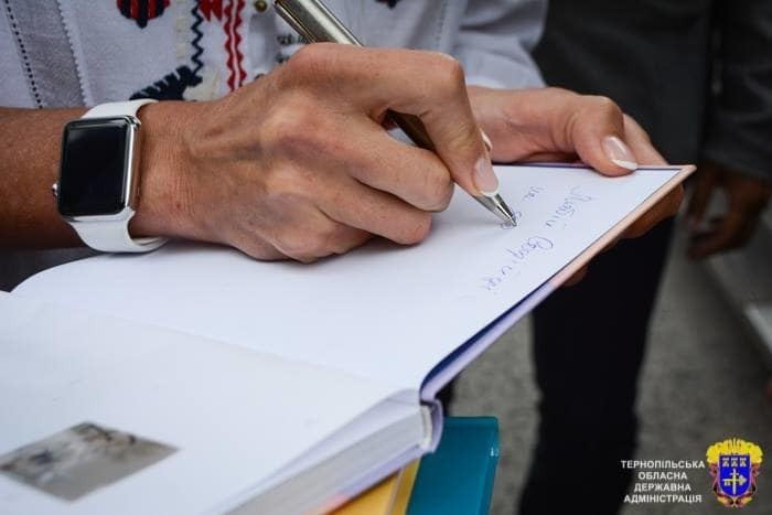 Марина Порошенко поразила стильным повседневным образом: вышиванка и умные часы