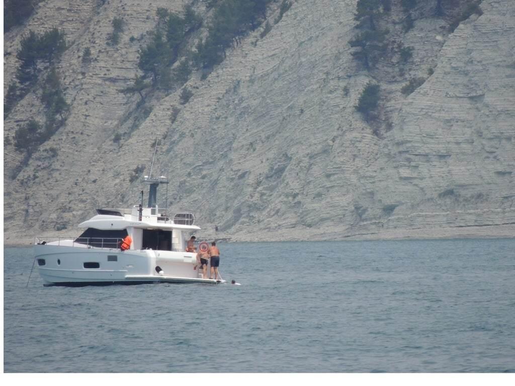 """""""Патриарха Кирилла"""" засекли на яхте за полмиллиона евро в одних трусах"""