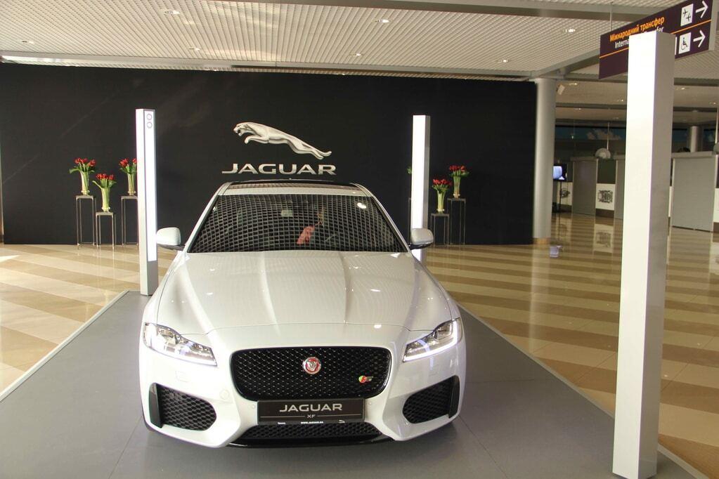 """На злітній смузі Борисполя """"засвітився"""" новий Jaguar XF"""