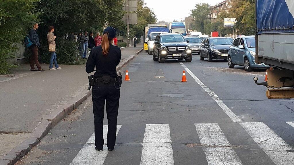 У Києві під колесами вантажівки загинула жінка: фото з місця ДТП