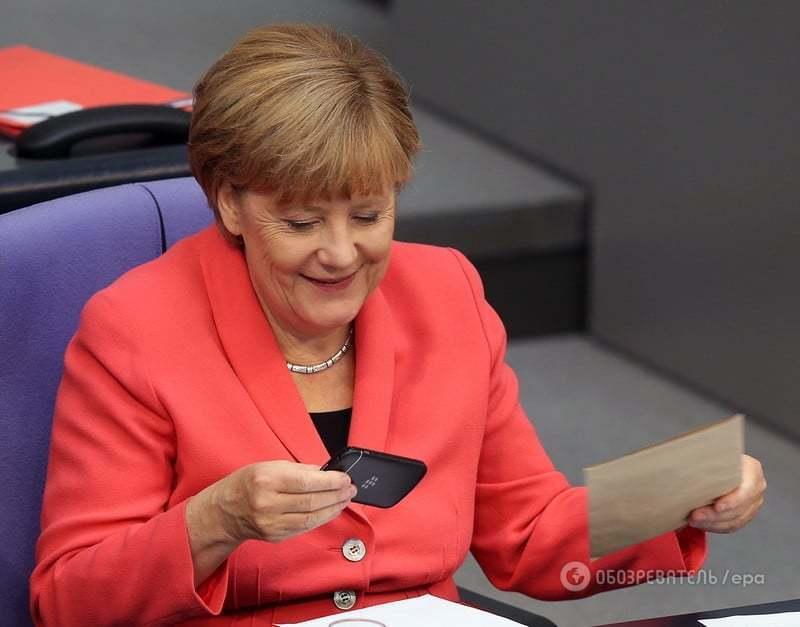 Телефон в конверте поднял Меркель настроение в бундестаге