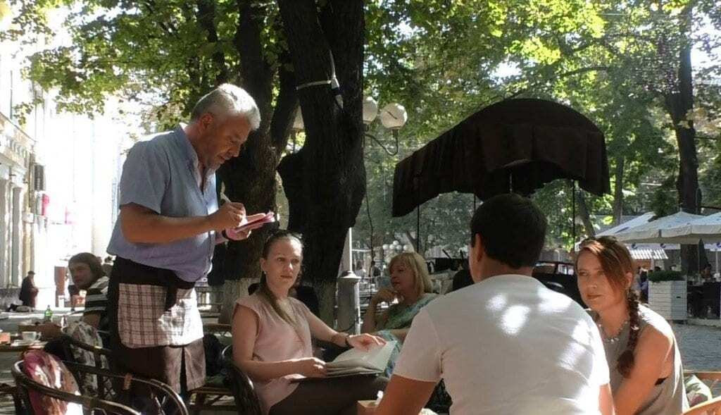 """Нардеп от """"Свободы"""" стал официантом в кафе: фотофакт"""