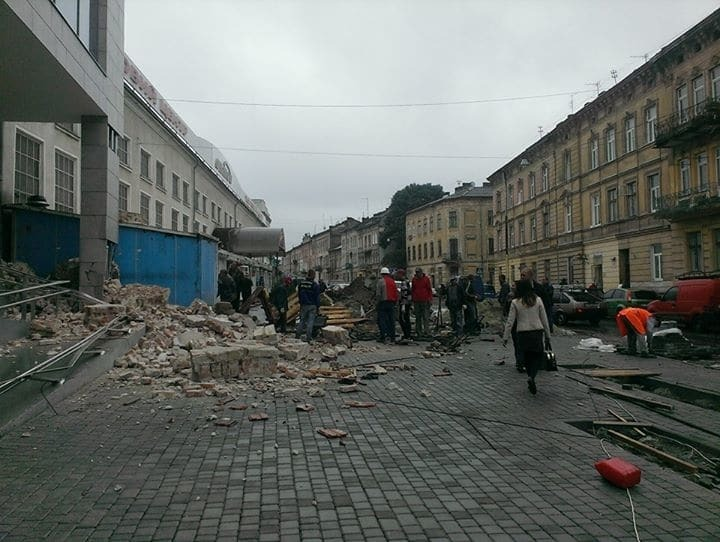 Чудом не задело: после открытия ТЦ во Львове рухнула соседняя стена