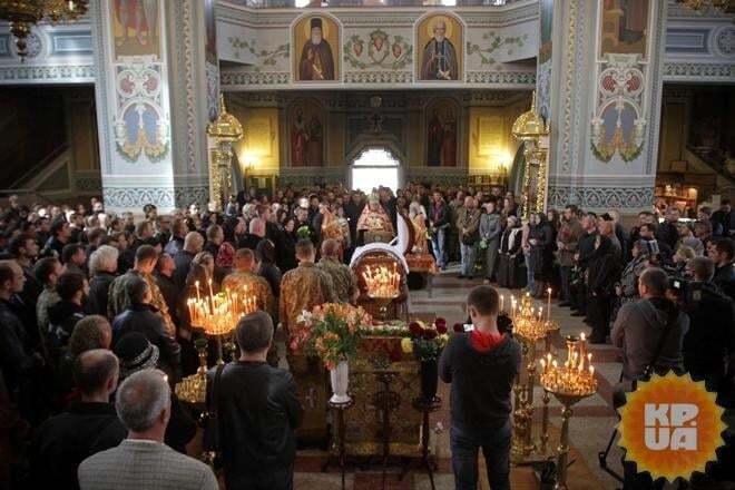 В Киеве похоронили Ларсона: попрощаться с певцом пришли звезды и бойцы АТО