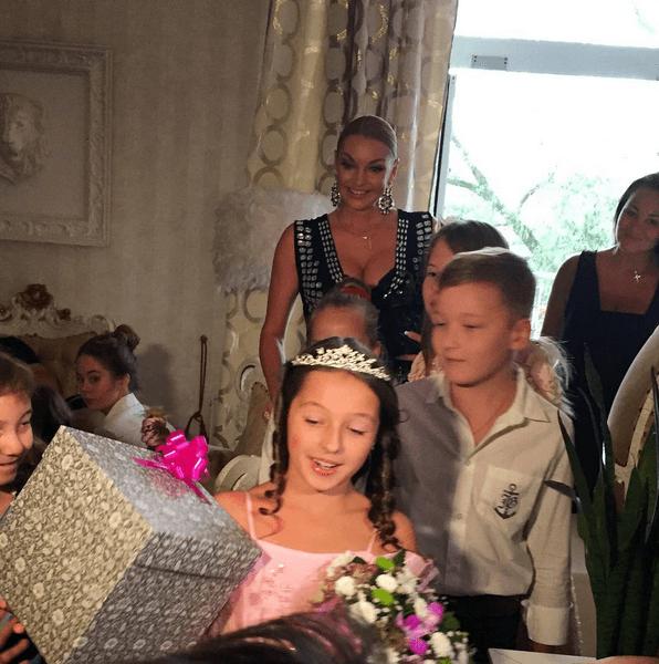 Волочкова в вызывающем платье позировала с коробкой на голове