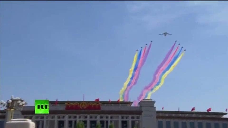 В Пекине во время парада в небе увидели флаг Украины