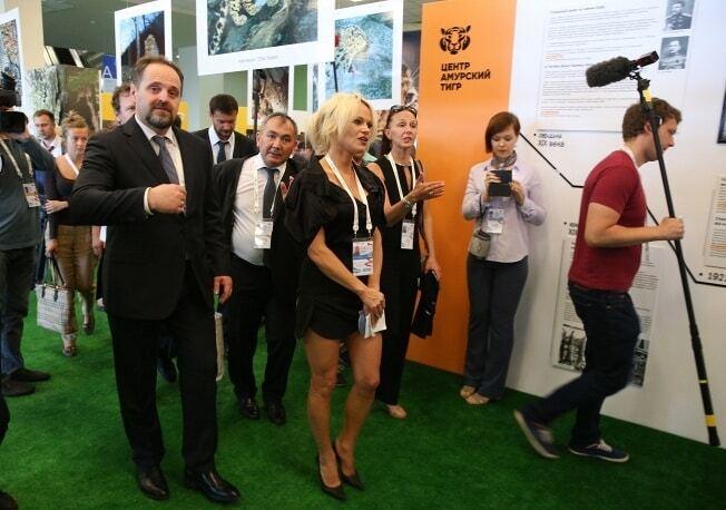 Памела Андерсон в России показала свои прелести в разорванном платье