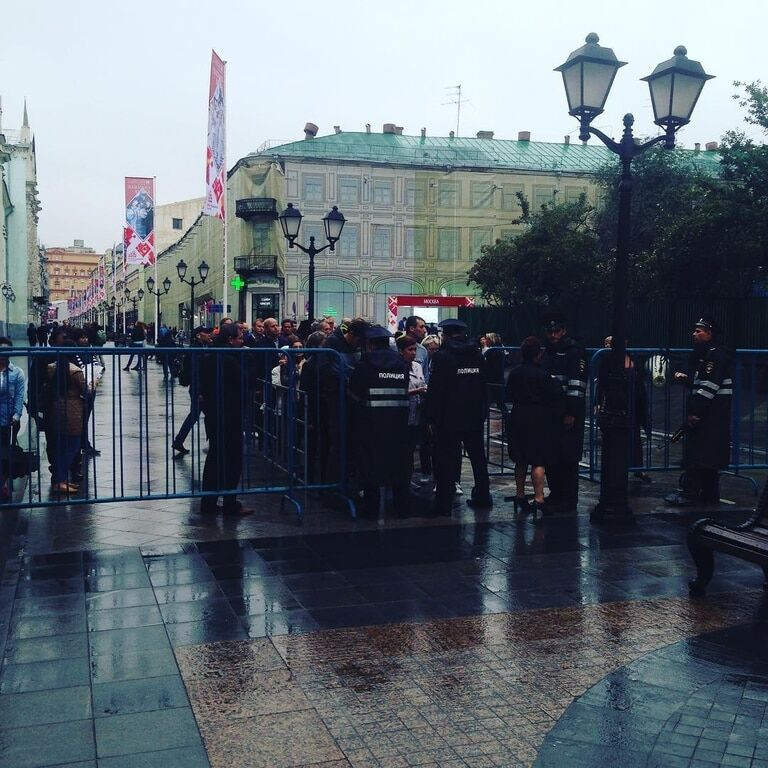 """Москва под дождем и в """"лаптях"""" отмечает День города: фоторепортаж"""