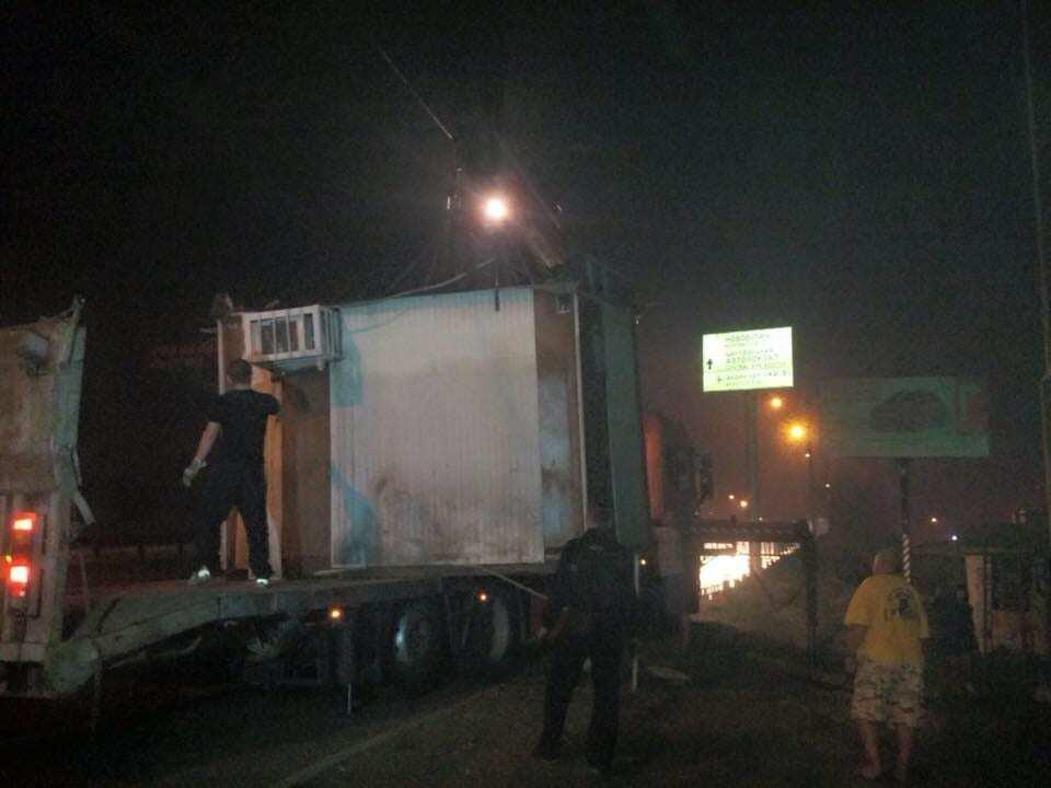 """В Киеве массово сносят киоски и """"наливайки"""" на Святошино"""