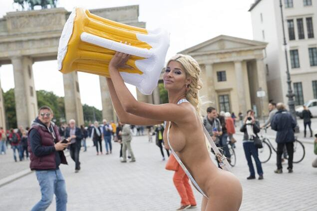 Немецкая модель голышом зазывала на кружку пива с сосиской