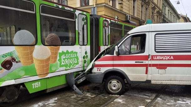 Во Львове скорая протаранила трамвай