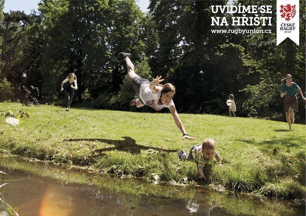 """""""Спасти ребенка и выиграть венок"""". В Чехии создали необычную рекламу женского регби"""