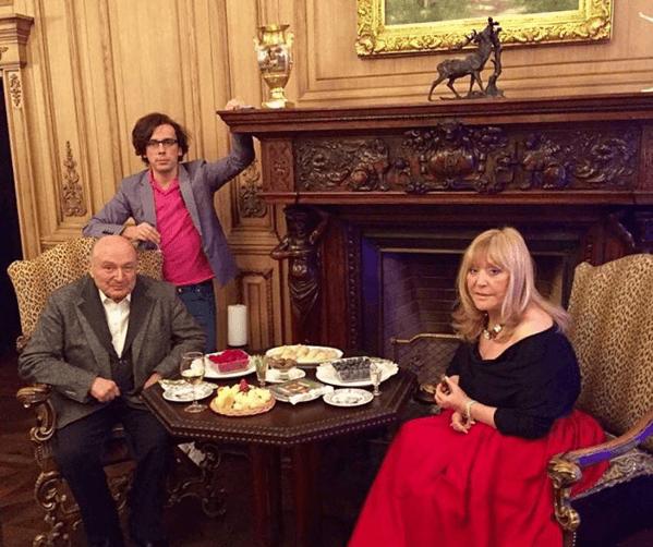 Баловались плюшками: Пугачева перед Галкиным соблазняла Жванецкого откровенным декольте