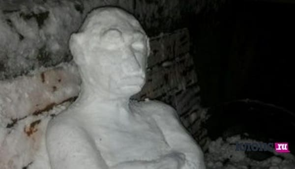 """В России из снега слепили """"Путина-неандертальца"""""""