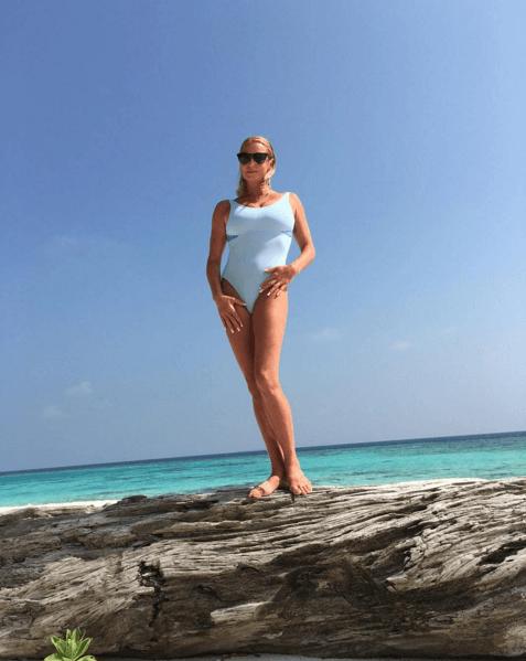 Звезда на закате: Волочкова устроила фотосессию в купальниках