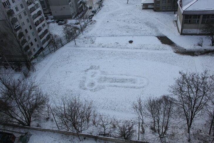 Портрет Х**ла: во Львове появился гигантский снежный пенис