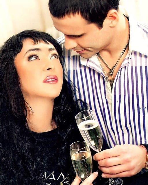 Любвеобильная Лолита: звезда показала романтику с мужем и поцелуи с известной ведущей