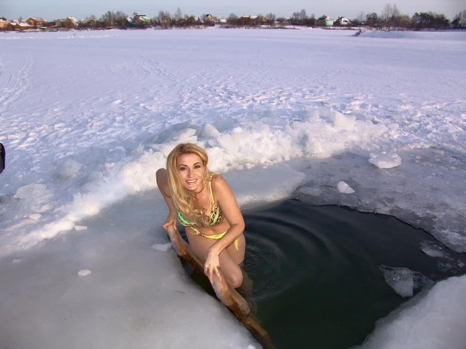 49-річна Сумська в яскравому купальнику викупалася в ополонці: опубліковані фото