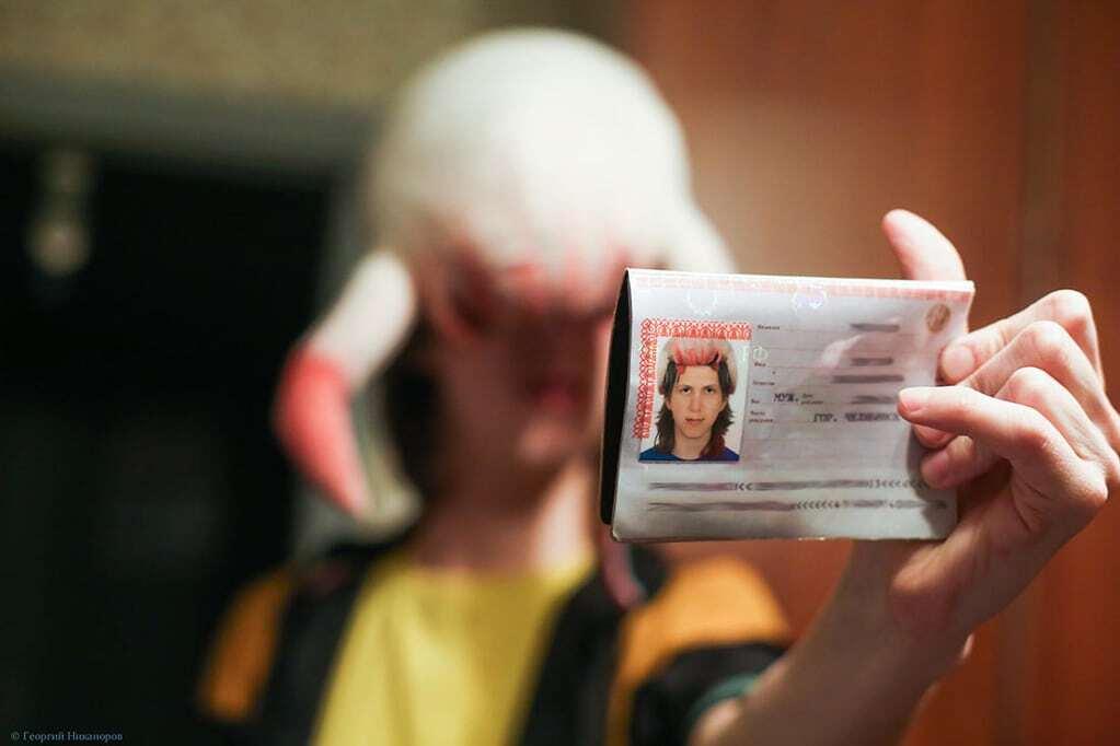 Россиянин сфотографировался на паспорт с хедкрабом на голове