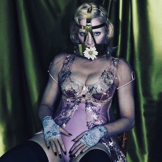 57-летняя Мадонна в маске показала грудь в откровенном боди