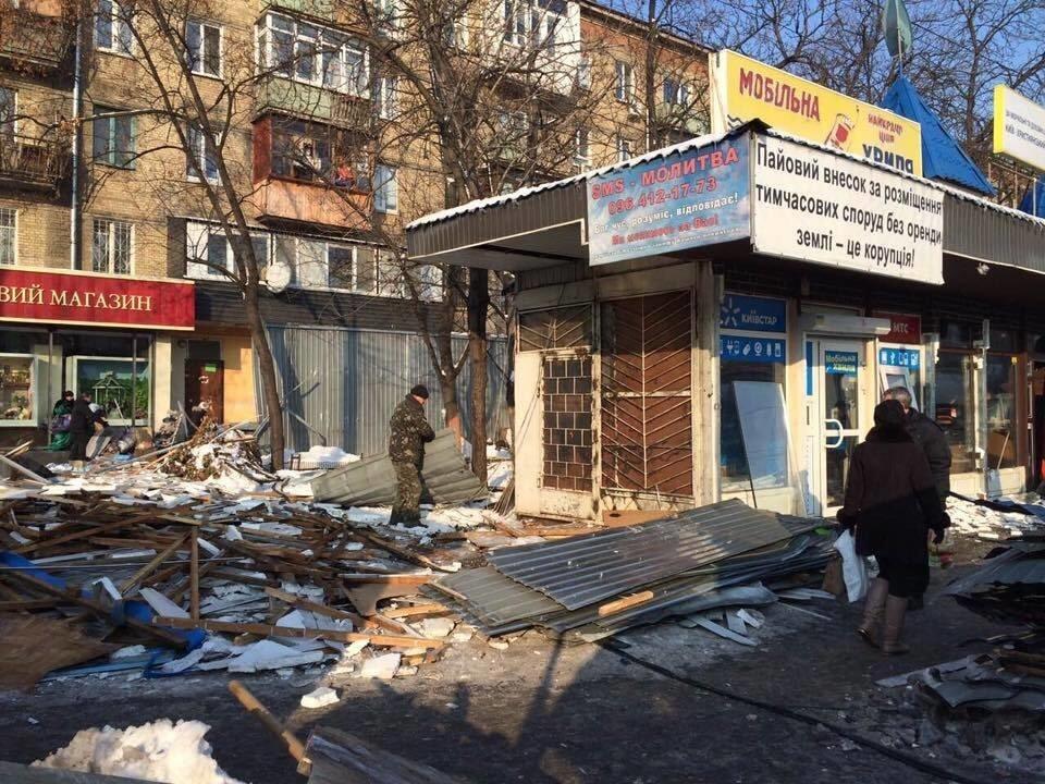 В Киеве снесли незаконные киоски на Ленинградской площади