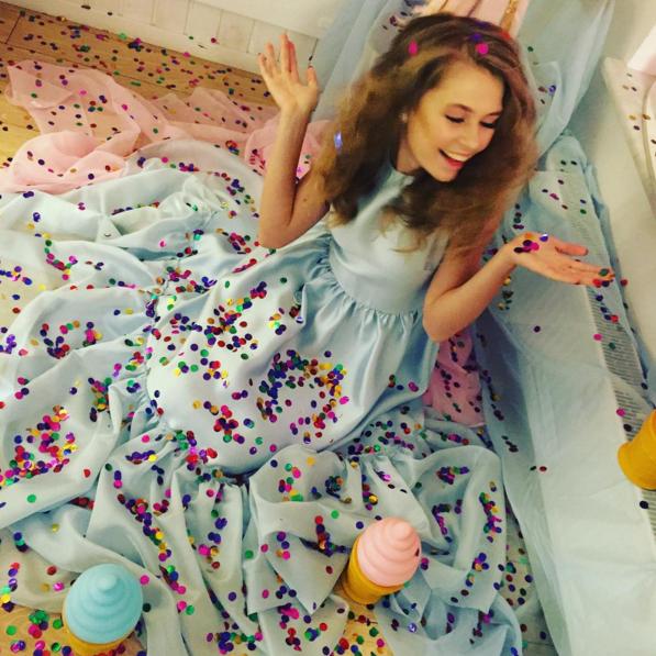 14-летняя дочь Брежневой наелась сладостей в киевской кондитерской