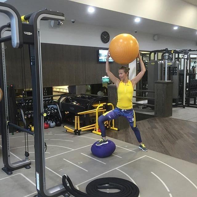 Собчак обвинили в раздувании конфликта из-за желто-синего наряда