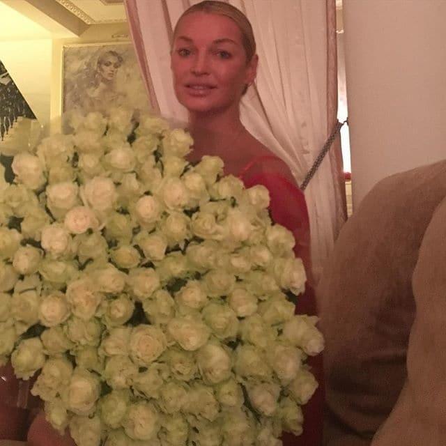 Волочкова позировала на кожаном диване: фото балерины из массажного салона
