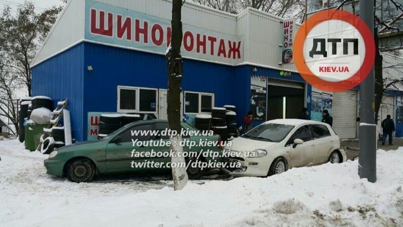 У Києві неадекватна дівчина на Fiat серйозно травмувала клієнта автомийки