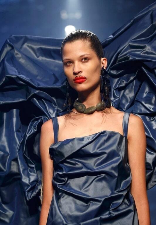 """""""Высокая мода"""": топ-18 моделей, чей выход на подиум вызвал фурор"""