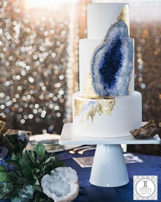 """Фото потрясающего свадебного торта со сладким """"аметистом"""" внутри"""