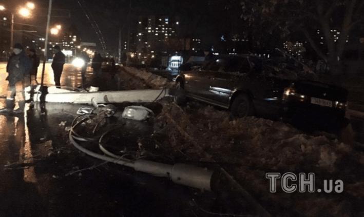 В Киеве авто переехало бетонный столб